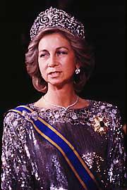 Es la pieza más importante de la colección de joyas de la Familia Real y ha sido lucida por la Reina doña Sofía en grandes solemnidades, como puede verse en