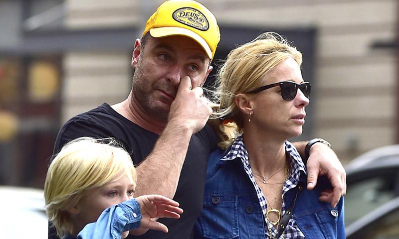 Liev Schreiber se apoya en el 'clon' de Naomi Watts