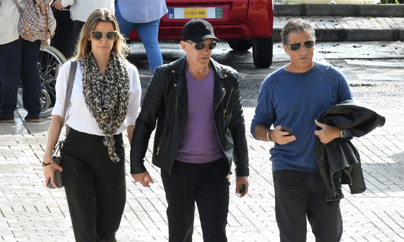Antonio Banderas de la mano de Nicole Kimpel y junto a su hermano Javier llegan al tanatorio