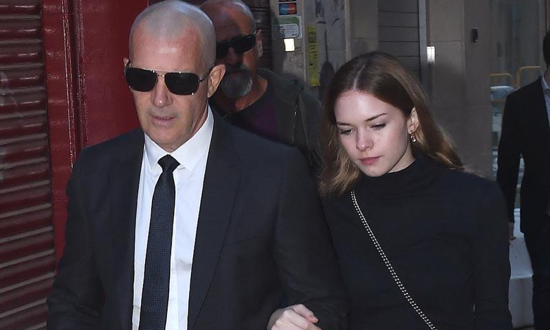 Antonio Banderas, arropado por su hija Stella, en el emotivo funeral en memoria de su madre