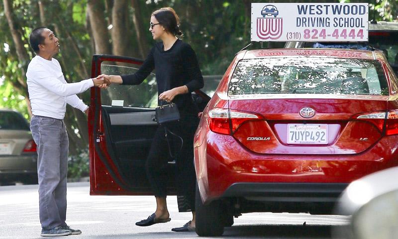 ¿Puede conducir así? Irina Shayk, la alumna con más estilo de la autoescuela