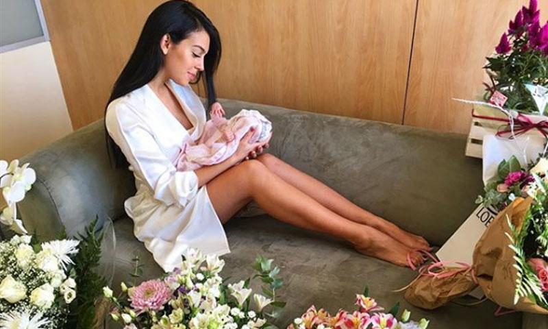 Georgina Rodríguez posa orgullosa con su hija Alana Martina dos días después dar a luz
