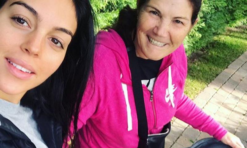 El paseo de Georgina Rodríguez con su 'suegra' y uno de los más pequeños de la casa