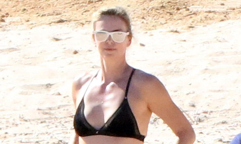 Charlize Theron celebra en bikini Acción de Gracias