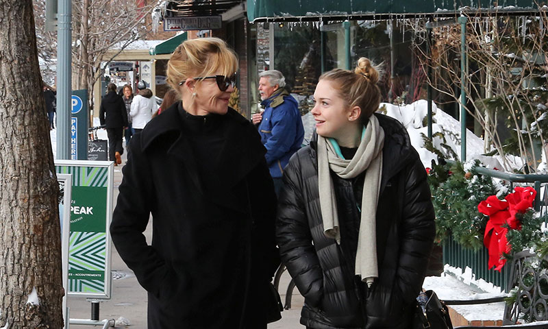 ¡Como en los viejos tiempos! Melanie Griffith y Stella del Carmen juntas en Aspen por Navidad