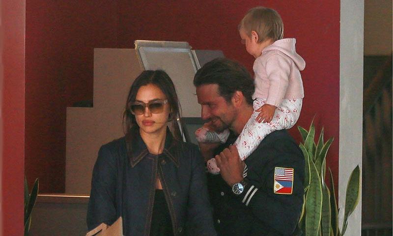 EXCLUSIVA: Irina Shayk y Bradley Cooper, dos padrazos de compras con la pequeña Lea