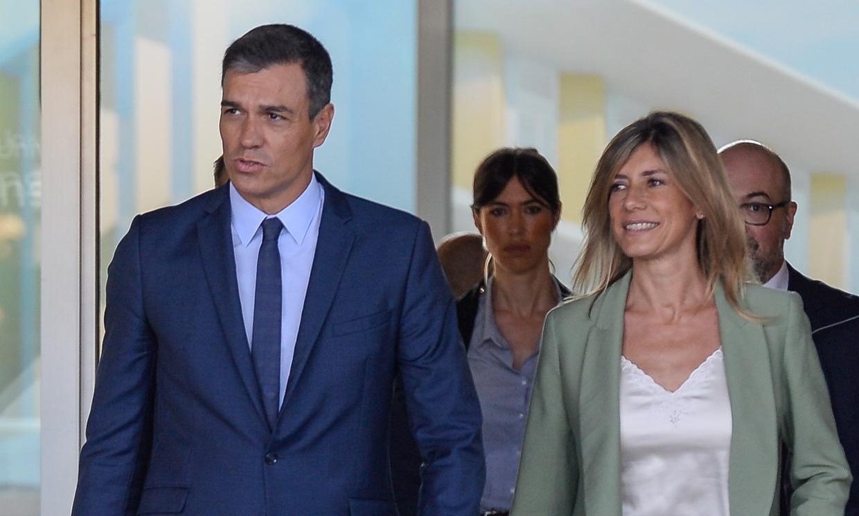 Pedro Sánchez y su mujer, Begoña Gómez, visitan a don Juan Carlos en el hospital