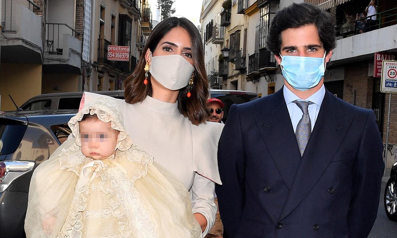 Los duques de Huéscar bautizan a su hija Rosario en Sevilla en un día marcado por el recuerdo y la emoción