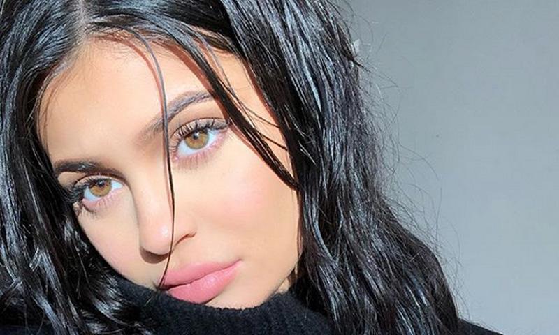 Ni te imaginas el producto que utiliza Kylie Jenner como prebase de su maquillaje