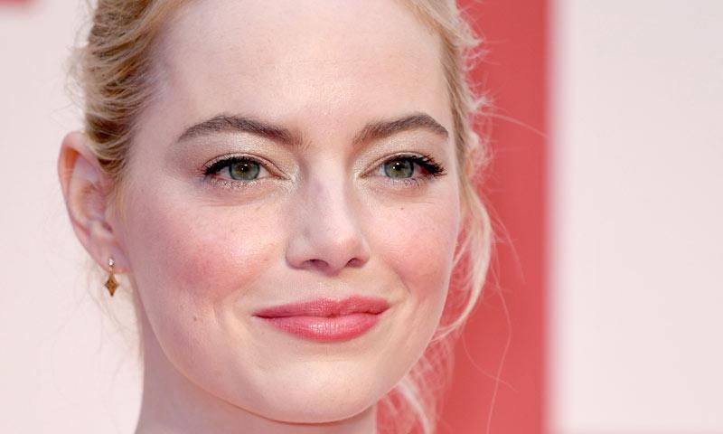 Con extensiones y rubia platino, Emma Stone como nunca la habíamos visto