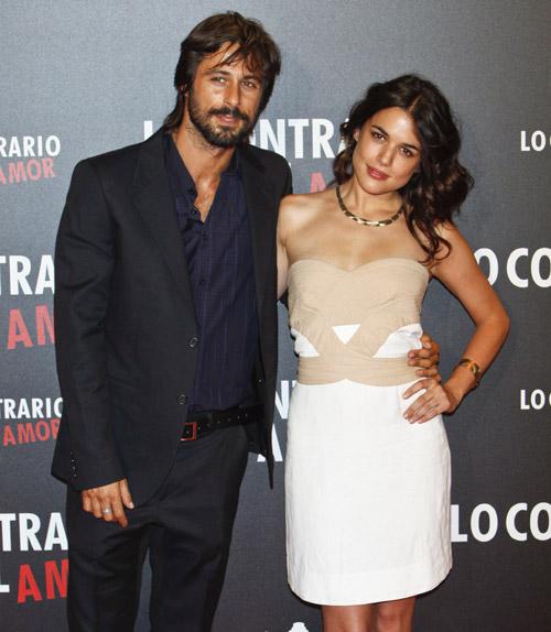 Los rostros más jóvenes del cine español abarrotan la Gran Vía madrileña en el estreno de la película de Hugo Silva y Adriana Ugarte