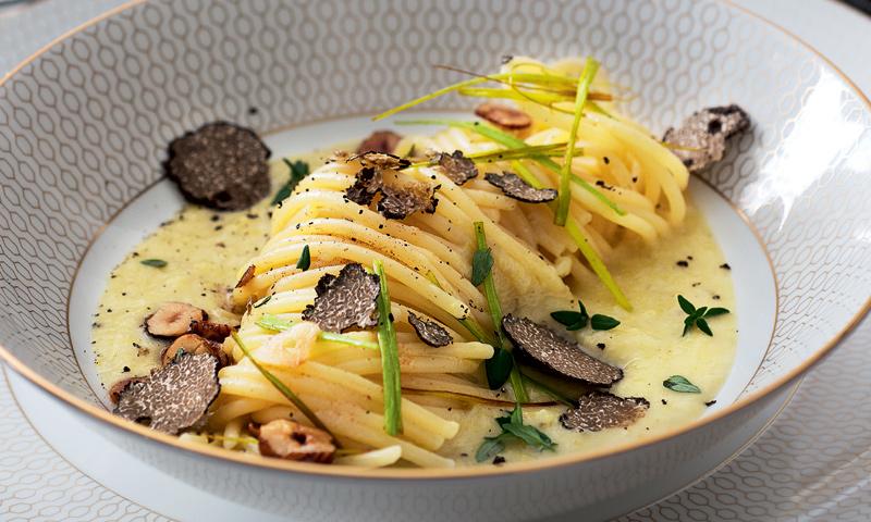 Espaguetis con puerros y trufa negra