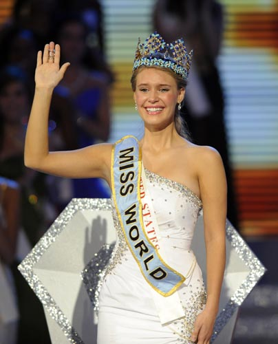 Embargada por la emoción, Alexandria Mills saluda por primera vez como Miss Mundo 2010