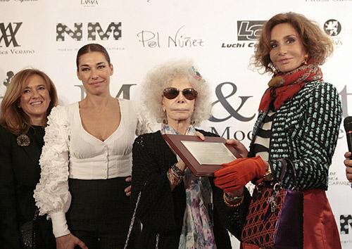 Naty Abascal ha recibido de manos de la duquesa de Alba (en la imagen, ambas junto a Raquel Revuelta) una placa que representa el máximo galardón que la patronal de la moda flamenca entrega cada año, y lo ha hecho por su