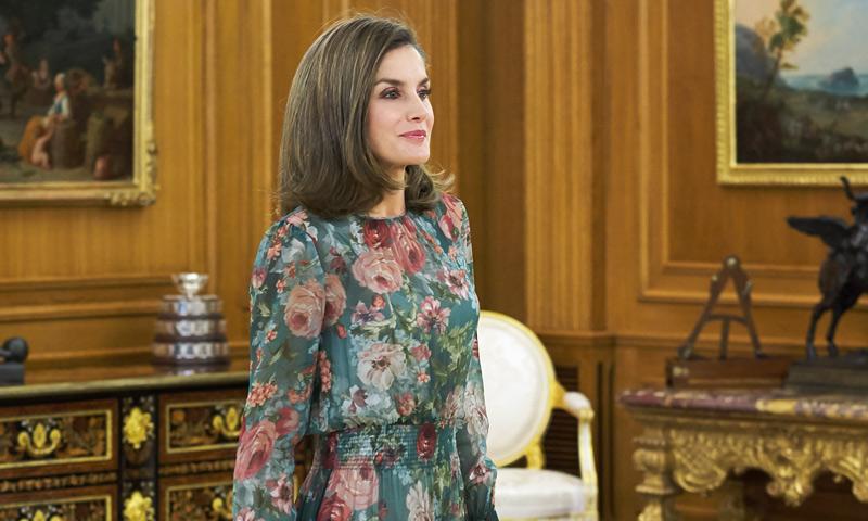 Se llevan los estampados florales: 10 vestidos de Zara (incluido el de la Reina) que lo confirman