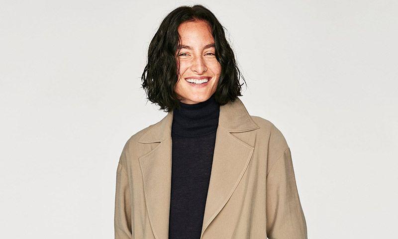 Modelos clásicos y 'reactualizados': así es la colección de 'trench' de Zara