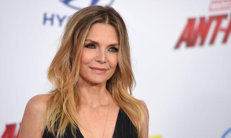 Michelle Pfeiffer, espectacular a los 60 sobre la alfombra roja