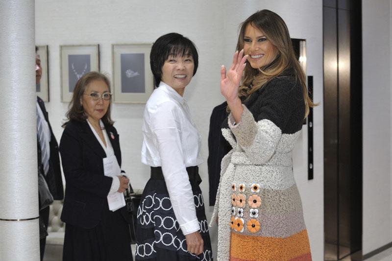 Melania Trump vuelve a sorprender con un abrigo multicolor valorado en 4.200 euros