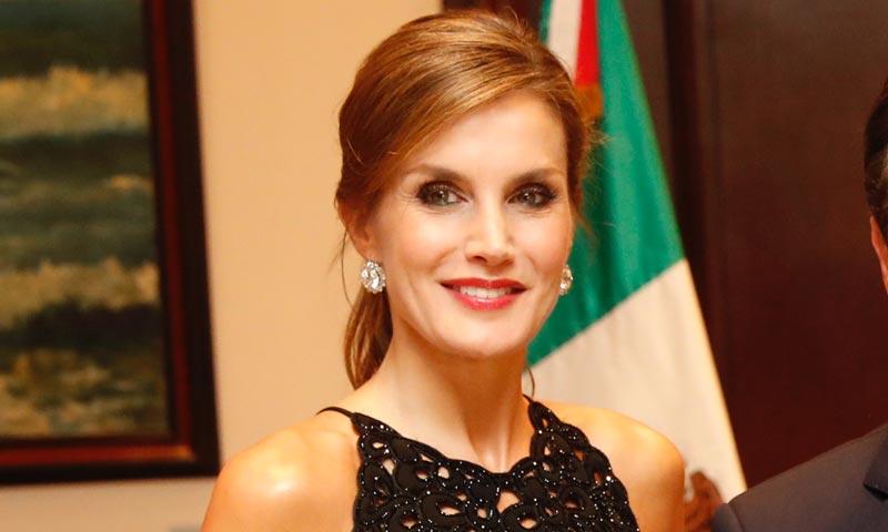 La reina Letizia recicla un 'jumpsuit' negro de Varela que ha guardado durante 2 años