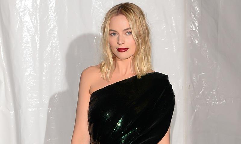 El estudiado look de Margot Robbie, inspiración para citas prenavideñas