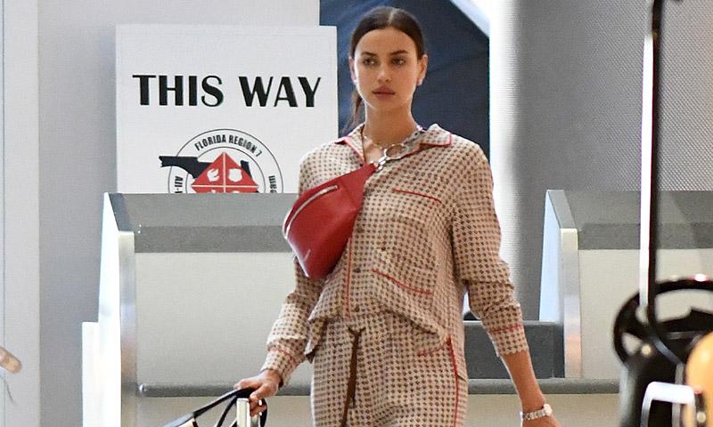 En pijama y en chanclas, Irina Shayk avanza el look de aeropuerto que será tendencia
