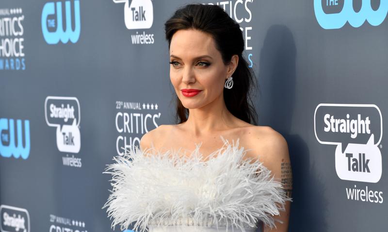 Las plumas, el truco de estilista que ahora también sigue Angelina Jolie