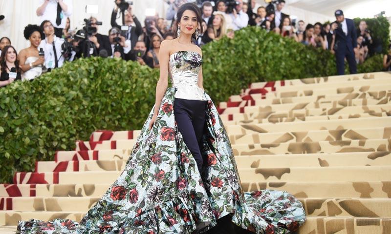 Amal Clooney marca la diferencia: con pantalón en la alfombra roja de la Gala Met