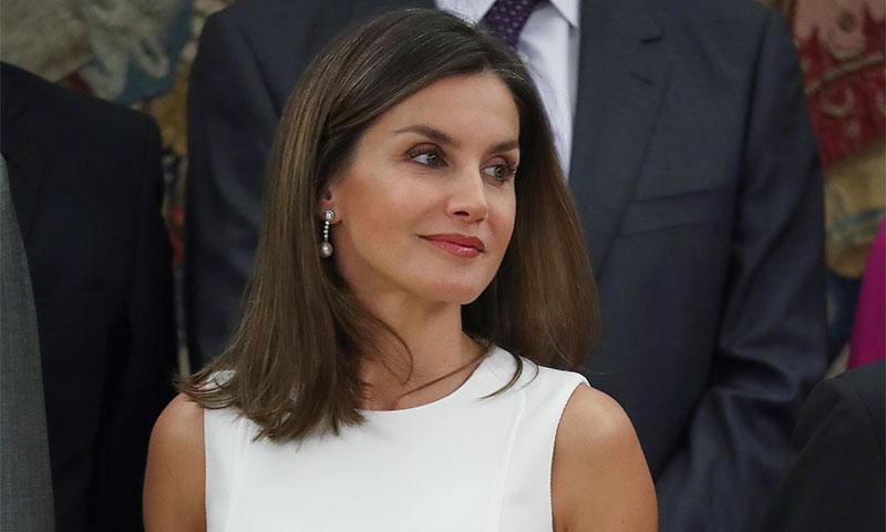 Doña Letizia repite su 'dress code' como Reina: en julio, vestido blanco