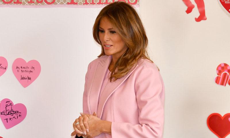 Un año después, Melania Trump intenta evitar la polémica vestida de rosa