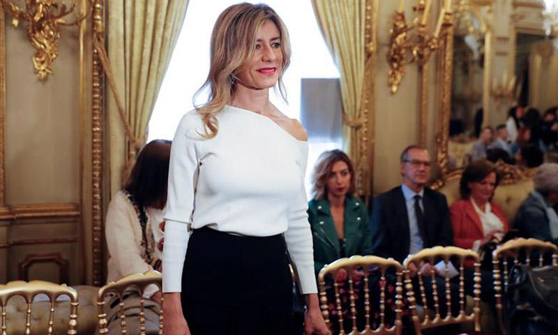 Begoña Gómez luce el escote más estilizador en su nueva cita con la moda española