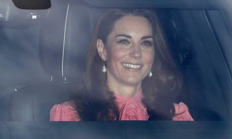 La duquesa de Cambridge recupera en su look de bautizo una joya de Diana de Gales