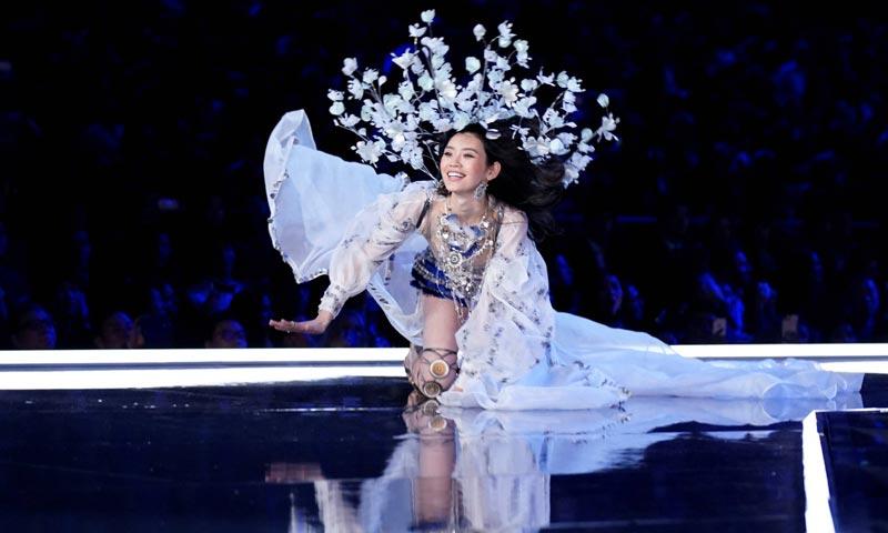 La polémica decisión de televisar la caída de Ming Xi en el desfile de Victoria's Secret