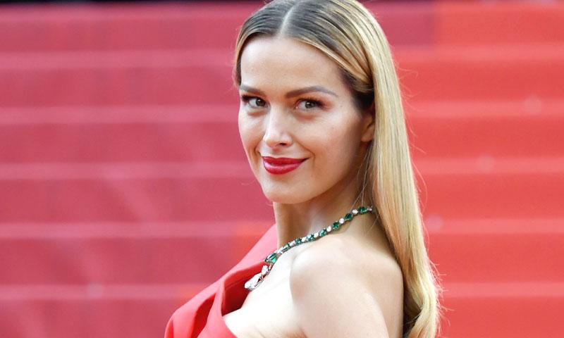 Petra Nemcova arrasa en redes posando como una 'superwoman', en bikini y embarazada