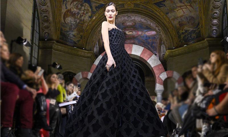 Bella Hadid desvela la última apuesta de Oscar de la Renta para vestir de fiesta