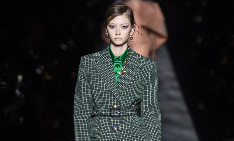 b25e564eca La revolución de Givenchy con los abrigos y trajes que renovarán tu armario