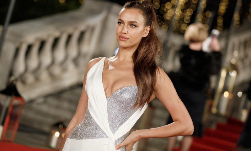 Irina Shayk, Kaia Gerber y otras 'celebs': los mejores 'looks' de los Oscar británicos de la moda