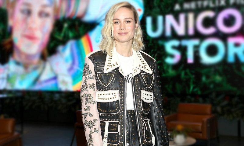 Palabra de Brie Larson: la falda 'midi' de cuero es el relevo del pantalón negro