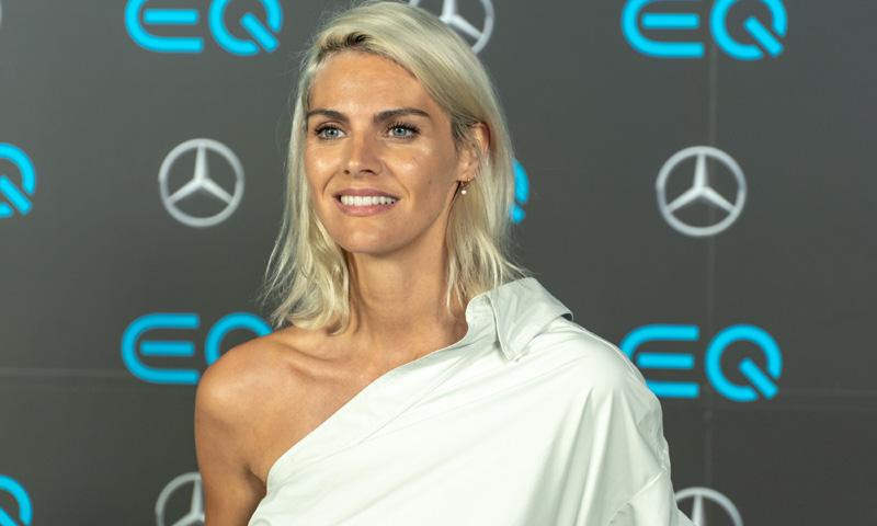 42f158a0b6 Camisa blanca y falda midi  así consigue un  top look  Amaia Salamanca