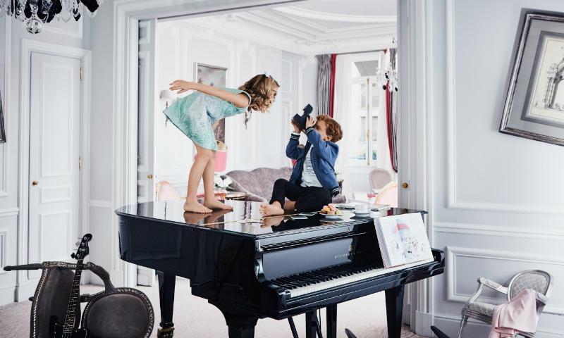 La nueva colección de Baby Dior lleva las travesuras más divertidas al corazón de París
