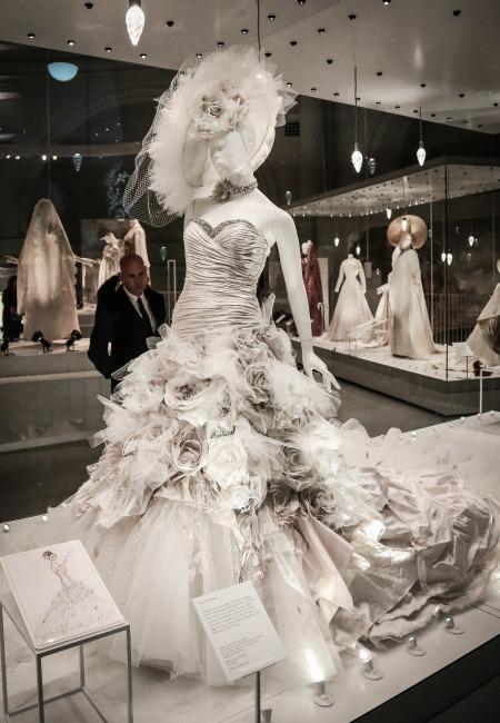 el vestido de novia de kate moss se exhibe en el museo victoria and