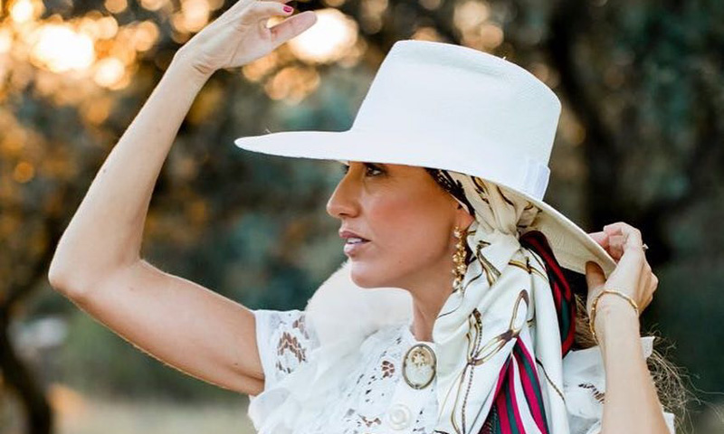 Blanca, la novia campera del sombrero y el pañuelo de seda