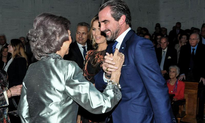 La Reina Sofía, arropada por su sobrino Nicolás al recibir un premio en su país