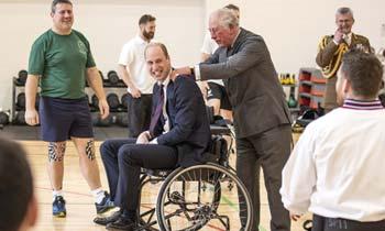 ¡Canasta! El príncipe Guillermo juega al baloncesto en silla de ruedas con la ayuda de su padre