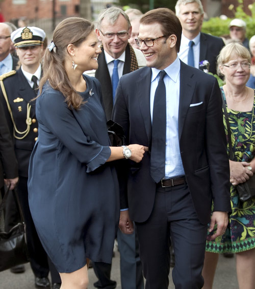 Victoria de Suecia ha lucido su primer vestido premamá durante una visita a Gotemburgo junto a su esposo, el príncipe Daniel