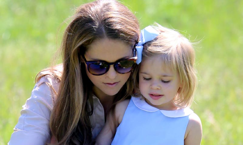Leonore de Suecia celebra el Día de la Infancia con su madre en el parque de atracciones