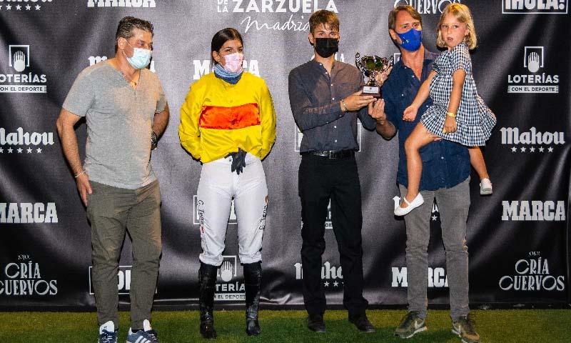 Claudia Tena gana el Premio ¡HOLA! en las 'Noches del Hipódromo'