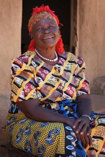 Granny Sarah, la abuela africana de Obama, pone a punto su televisor para ver como su nieto cumple su sueño americano