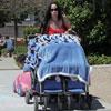Nadya Suleman saca a pasear a diez de sus catorce hijos utilizando dos enormes cochecitos