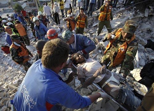 Médicos, equipos de rescate y fuerzas armadas llevan esperanza a un Haití sumido en la pobreza, el caos y la destrucción