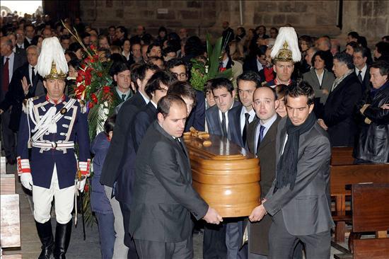 Emotivo y multitudinario adiós al escritor Miguel Delibes en Valladolid